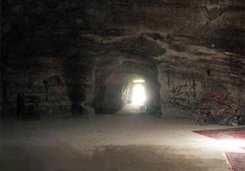 قدمگاه--غار