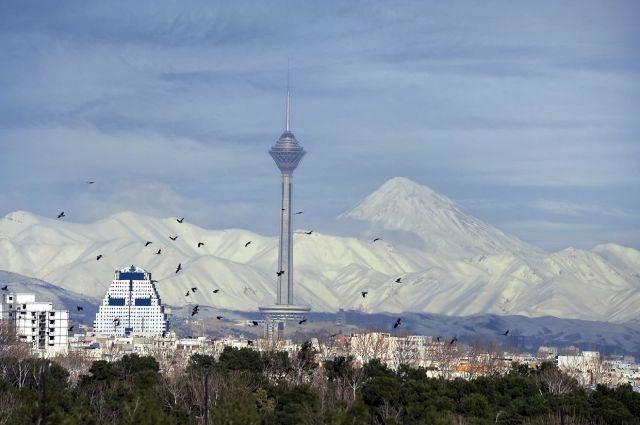 برج میلاد تهران یک روز آلوده برج میلاد تهران