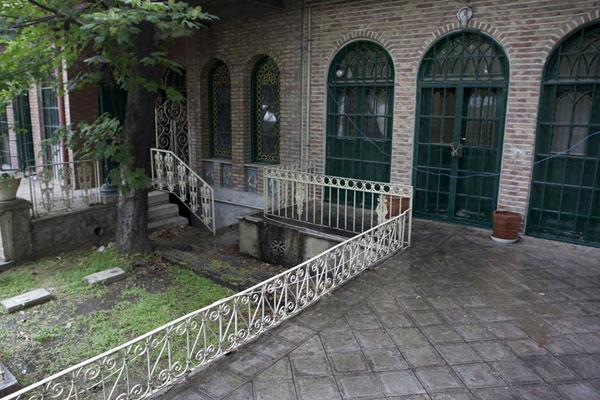 nG1393315265 تخریب کاشیکاری خانه پدر چای ایران