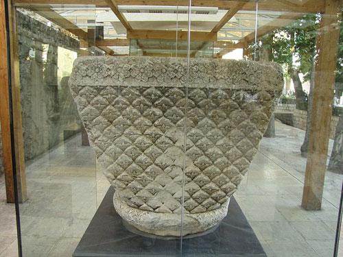 موزه سنگ طاق بستان سرستون نیلوفر موزه سنگ کرمانشاه