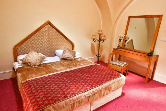 2447 هتل کاروانسرای بین المللی لاله بیستون