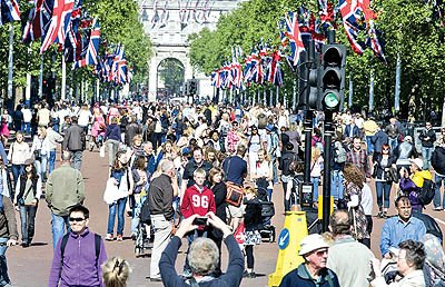 Tourist flock to the Mall after the Royal Wedding and in the sunshine on May Day Bank Holiday. . REXMAILPIX. پیشبینی تلگراف درباره بازار سفر 2017
