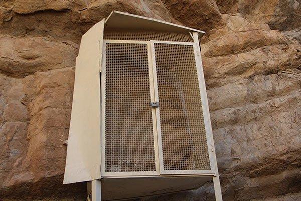 کتیبه دوهزار ساله، اسیر صندوق آهنی! + عکس