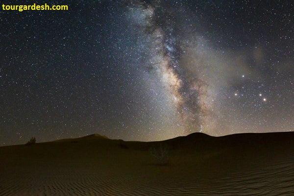 نمایی زیبا از شب پرستاره در کویر ورزنه طبیعت گردی با تورگردش