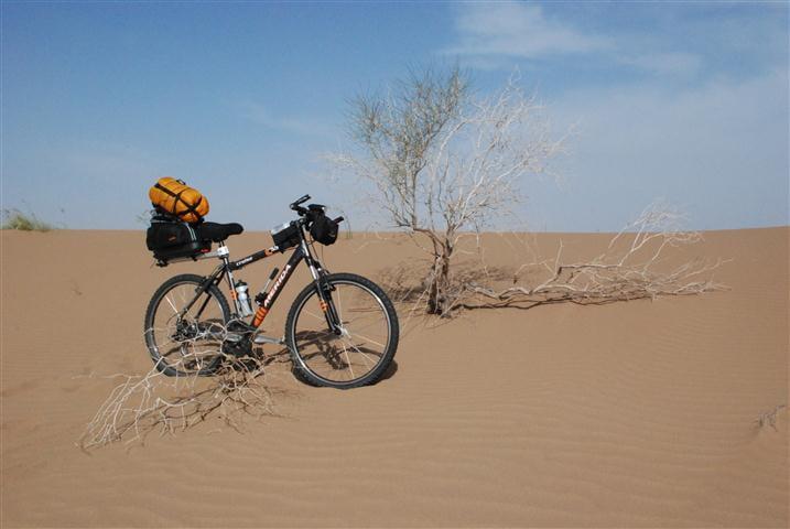 دوچرخه سوار دوچرخهسوار خراسانی بیابان لوت را رکاب میزند
