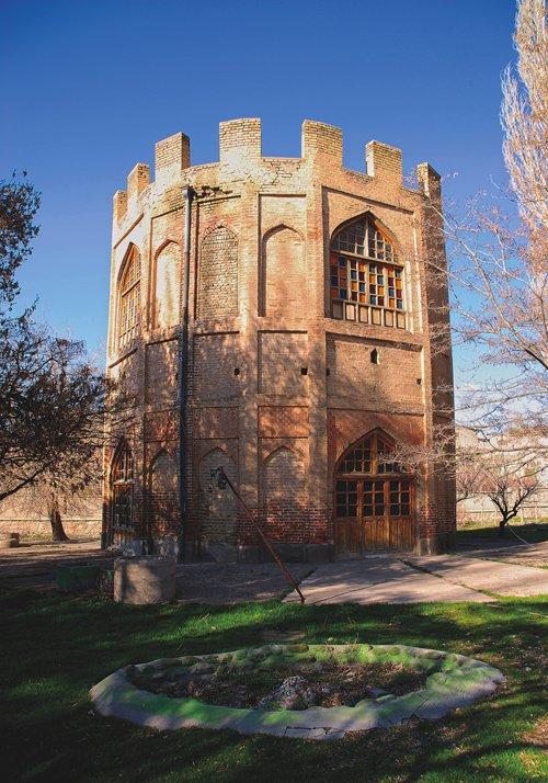 برج خلعت پوشان - جاهای دیدنی تبریز در پاییز